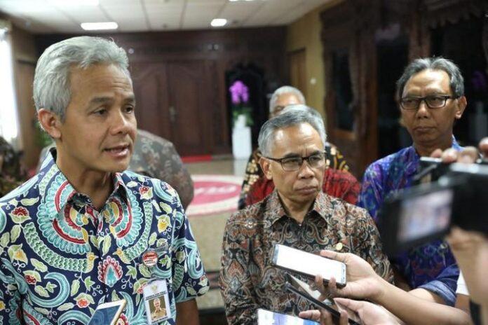 Gubernur Ganjar Pranowo memberikan penjelasan kepada media terkait pencemaran Sungai Bengawan Solo.