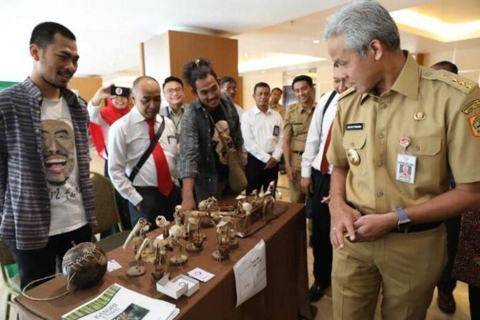 Gubernur Ganjar Pranowo saat melihat produk yang dihasilkan pelaku UKM di Jateng dan berhasil menembus pasar ekspor.