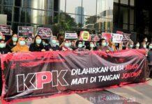 Pegawai KPK membentuk rantai manusia saat acara #SaveKPK soal calon pimpinan KPK bermasalah dan revisi UU KPK di gedung KPK, Jakarta, Jumat (6/9/2019). (Photo: Antaranews)