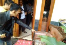 Warga menunjukkan pecahan kaca dari rumah miliknya yang terdampak karena ledakan gudang senjata Mako Brimob.