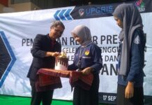 Rektor UPGRIS Muhdi secara simbolis memasukkan uang dalam celengan sebagai penanda gerakan menabung, Selasa (17/9).