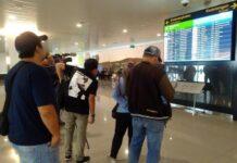 Sejumlah calon penumpang memantau jadwal penerbangan di Bandara Internasional Jenderal Ahmad Yani, Rabu (18/9).