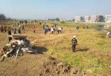 Masyarakat ramai-ramai membersihkan sampah yang menumpuk di bantaran Kanal Banjir Barat, Jumat (20/9).