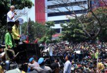 Gubernur Ganjar Pranowo menemui mahasiswa yang menggelar aksi unjuk rasa di kantor gubernuran, Selasa (24/9).