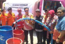 Kepala KPw BI Jateng Soekowardojo secara simbolik mendistribusikan air bersih kepada warga di Kecamatan Kradenan, Grobogan, Selasa (24/9).