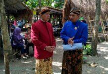 Koordinator Kampung Jawi Kecamatan Gunungpati, Siswanto (kanan) saat mengajak wisatawan menikmati Pasar Jaten.