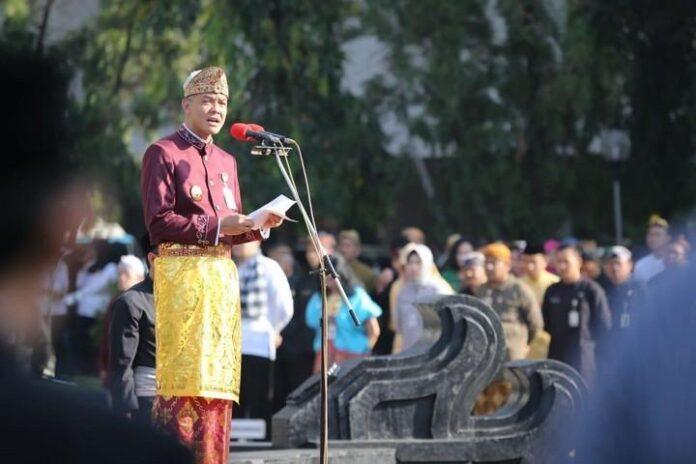 Ganjar Pranowo memimpin upacara Hari Kesaktian Pancasila dengan memakai pakaian adat nusantara, Selasa (1/10).