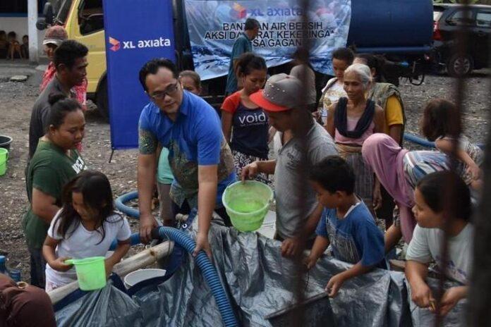 Sejumlah warga di Desa Gagan di Kabupaten Semarang antre air bersih bantuan dari XL Axiata, kemarin.