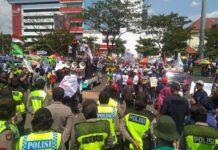 Ratusan buruh di Jateng berunjuk rasa di depan kantor gubernuran, Rabu (2/10).