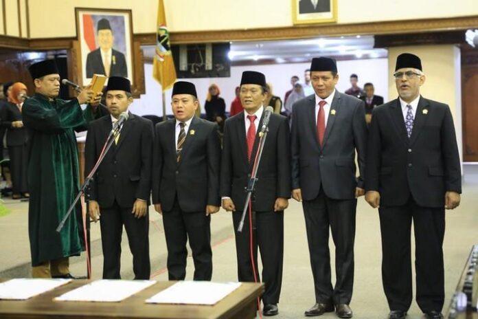 Pimpinan DPRD Jateng saat diambil sumpahnya, Senin (30/9).