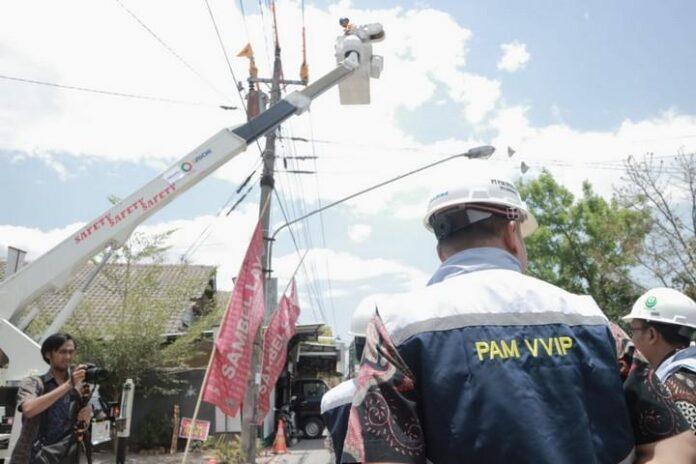Personel PDKB di Posko Layanan VVIP sedang memeriksa jaringan listrik di sekitar kediaman Presiden Jokowi di Surakarta.