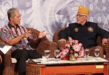 Sarwa Pramana (kiri)