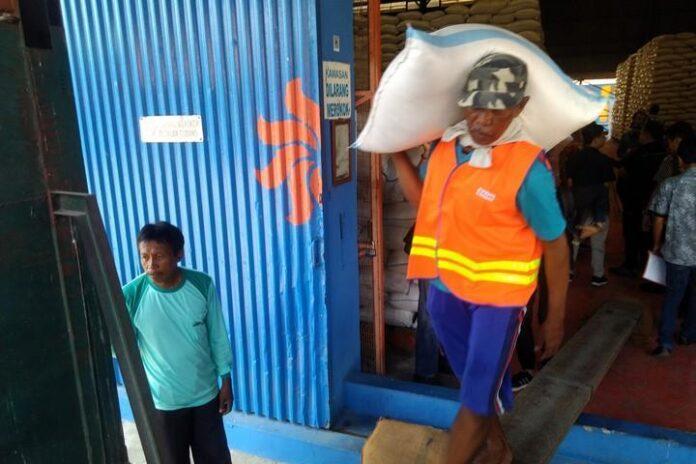 Pekerja gudang Bulog Kaliwungu
