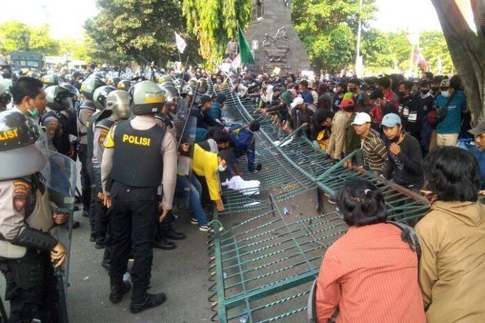 Gerbang DPRD Jateng roboh