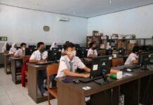 Siswa belajar dengan protokol kesehatan