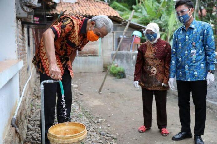 Ganjar Mencoba air dari SPAM Keburejo