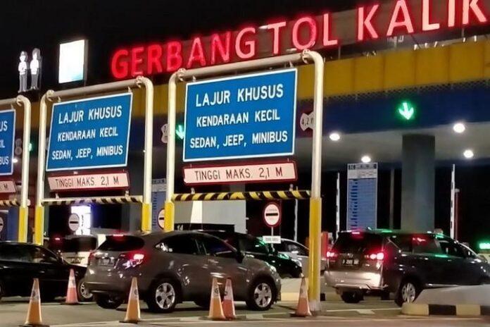 Kendaraan memasuki GT Kalikangkung