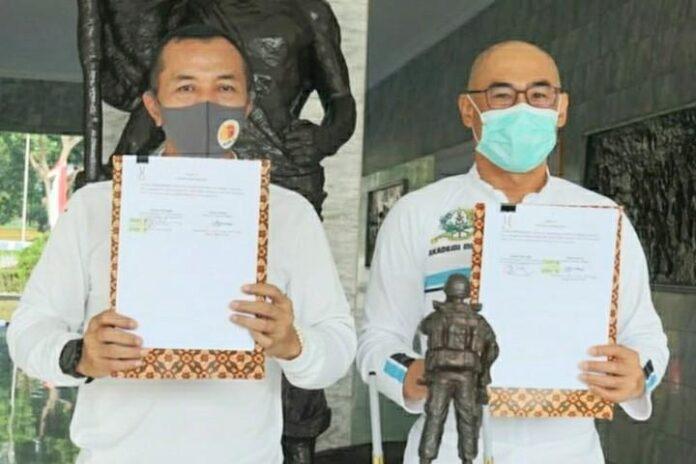 Gubernur Akmil Mayjen TNI Totok Imam Santoso (kiri)