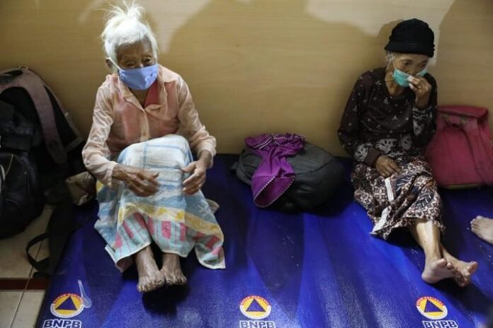 Dua lansia di tempat pengungsian di Kabupaten Magelang