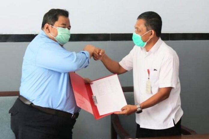Kepala Kanwil DJP Jawa Tengah I Suparno (kiri) secara simbolis menyerahkan bantuan kepada perwakilan pengurus Panti Rehabilitasi Among Jiwo, kemarin.