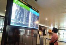 Seorang calon penumpang melihat jadwal penerbangan di Bandara Internasional Jenderal Ahmad Yani Semarang.