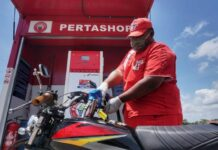 Operator Pertashop sedang melayani pembeli