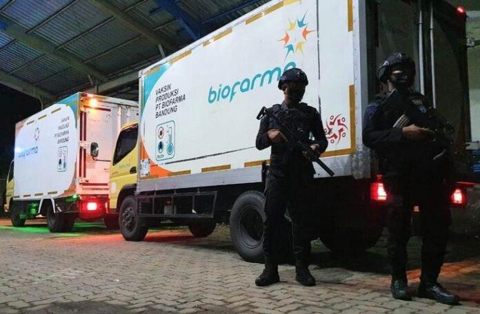 Dua personel Brimob Polda Jateng berjaga