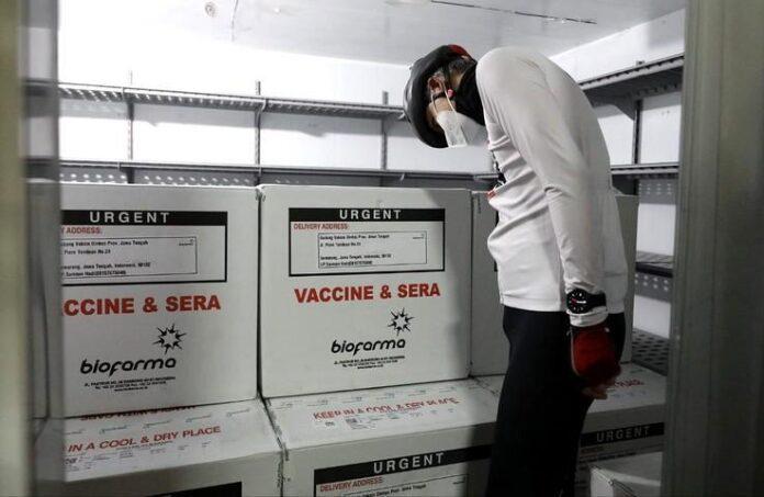 Ganjar Pranowo mengamati vaksin Sinovac