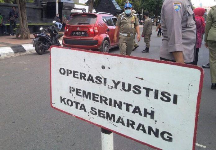 Petugas gabungan melakukan operasi yustisi