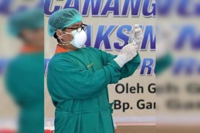 Vaksinator menyiapkan suntikan vaksin kepada salah satu penerima di RSUD Tugurejo
