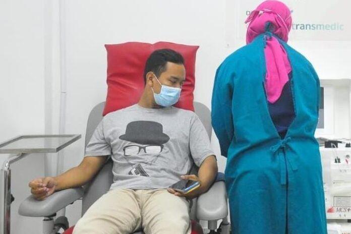 Seorang penyintas COVID-19 mendonorkan plasma darah konvalesen