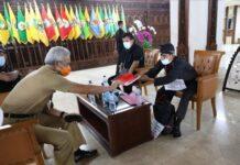 Warga Rembang menyerahkan laporan