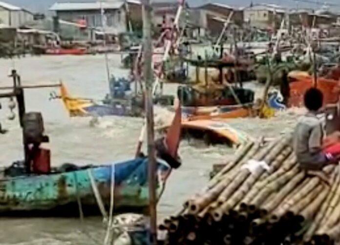Sejumlah kapal bersandar di dermaga Tambaklorok