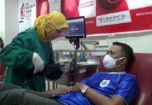 Petugas saat akan mengambil donor darah