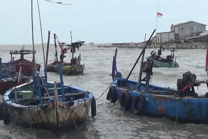 Kapal milik nelayan Tambaklorok terombang-ambing di dermaga