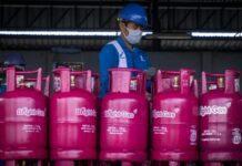 Petugas sedang menata produk elpiji Bright Gas