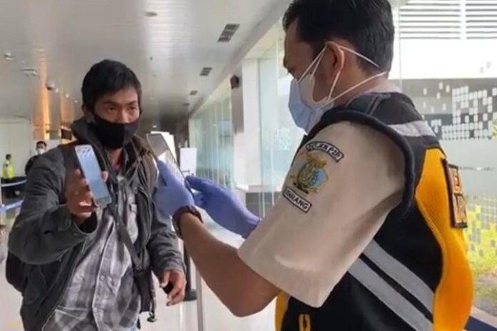 Petugas di Bandara Ahmad Yani