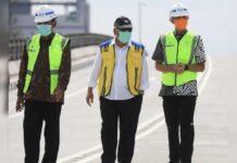 Menteri PUPR Basuki Hadi Muljono (tengah) didampingi Gubernur Jateng Ganjar Pranowo (kanan) dan Wali Kota Solo FX Rudyatmo saat meresmikan Flyover Purwosari, kemarin