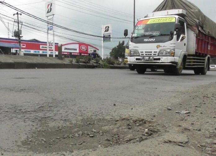 Sebuah truk melintas di jalan raya Semarang-Kendal