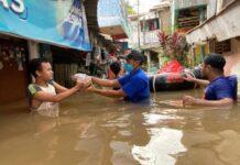 Kader Partai Demokrat memberikan bantuan kepada Korban Banjir