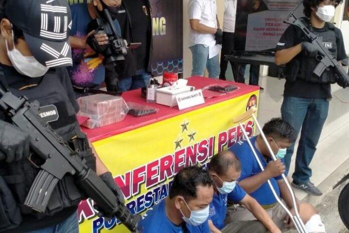 Perampasan uang setoran milik toko emas di Semarang