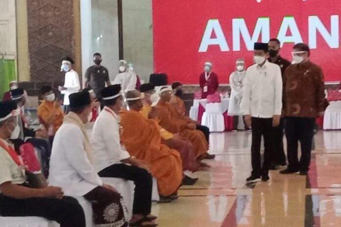 Jokowi meninjau pelaksanaan vaksinasi kepada ulama