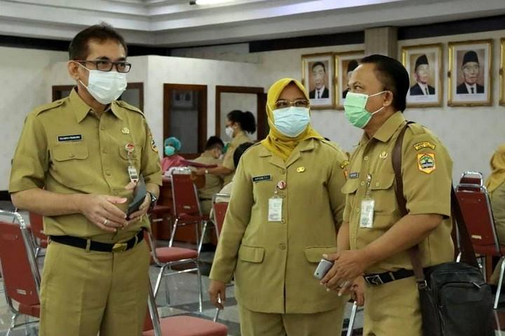 Kepala Dinkes Jateng Yulianto Prabowo (kiri)
