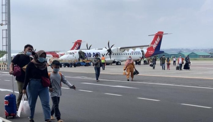 Sejumlah penumpang turun dari pesawat