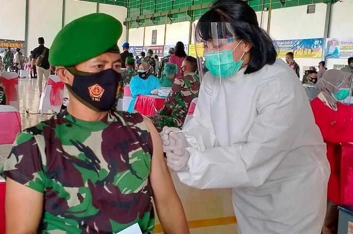 Seorang anggota TNI mendapatkan suntikan vaksin
