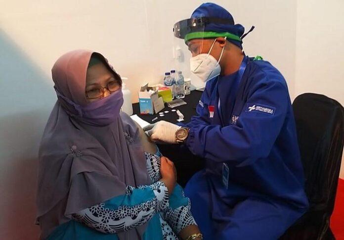 Lansia mengikuti program vaksinasi