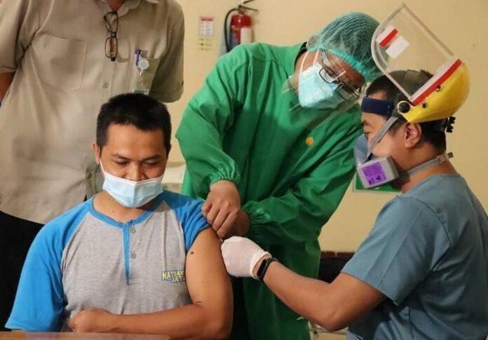 Vaksinasi kelompok pekerja publik