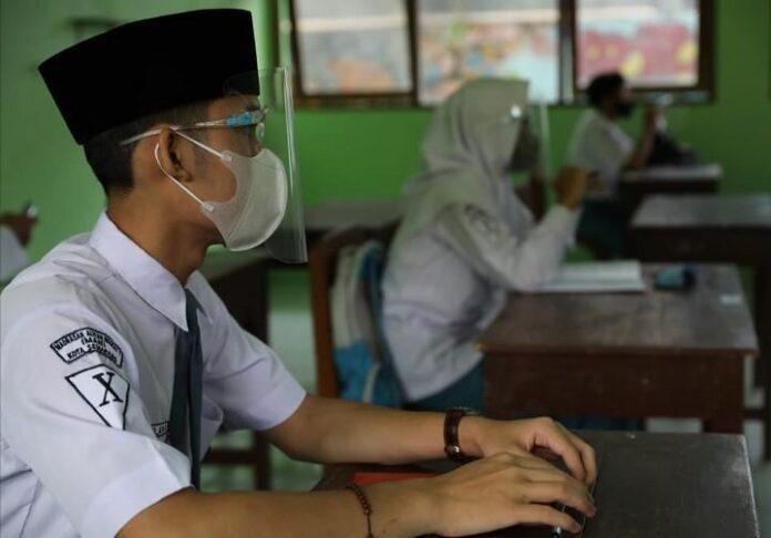 Belajar di ruang kelas