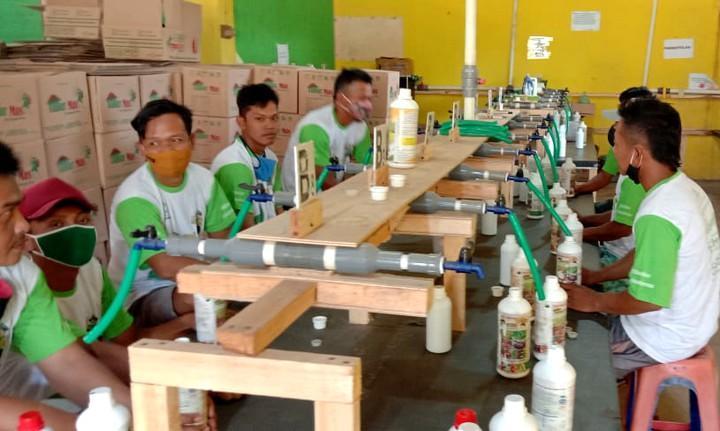 Aktivitas pekerja di tempat usaha Pupuk Cair