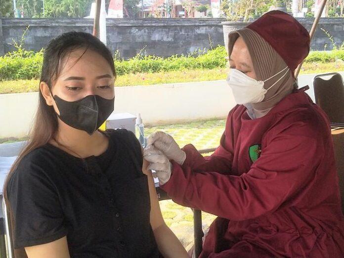 Vaksinasi di halaman Mapolda Jateng